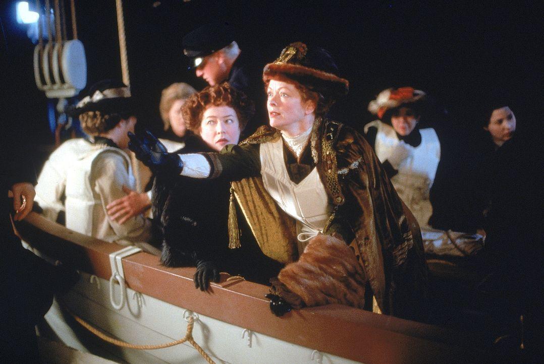Während des Sinkens der Titanic versucht Ruth DeWitt Bukater (Frances Fisher, l.) ihre Tochter Rose dazu zu bewegen, ebenfalls in das Rettungsboot... - Bildquelle: 20th Century Fox
