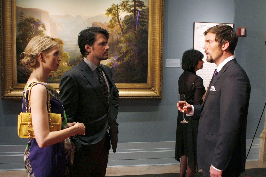 Als Jack (Desmond Harrington, r.) Lily (Kelly Rutherford, l.) anspricht, greift Rufus (Matthew Settle, M.) sofort ein und vertreibt ihn. - Bildquelle: Warner Brothers.