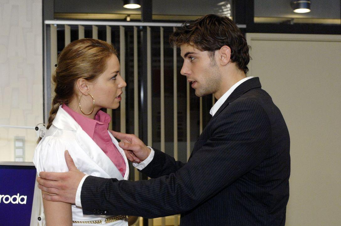 Jonas (Roy Peter Link, r.) weiht Katja (Karolina Lodyga, l.) in seinen Plan, Gerrit und Anna eine Falle zu stellen, ein. - Bildquelle: Oliver Ziebe Sat.1