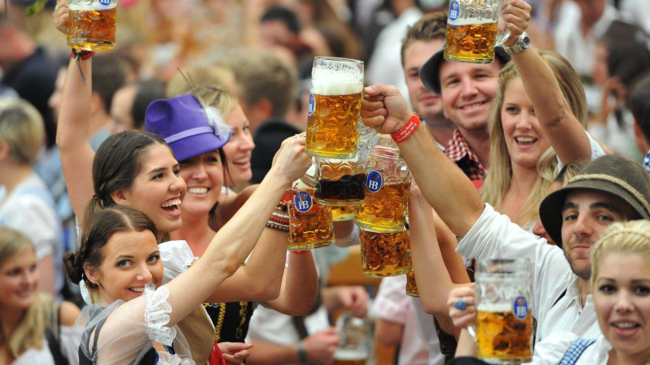 Oktoberfest-12-09-22-Besucher-Hofbraeuzelt-dpa - Bildquelle: picture alliance / dpa