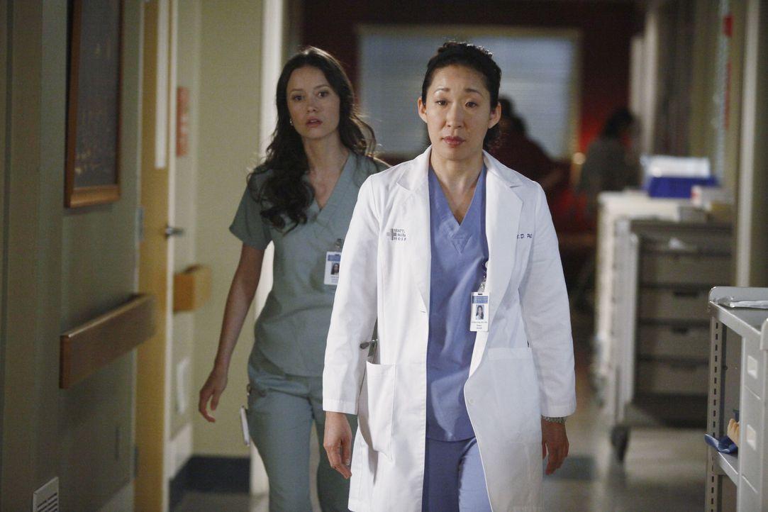 Während Alex nicht wahr haben will, dass Morgan in ihn verliebt sein könnte, glaubt Cristina (Sandra Oh, r.), dass Owen ein Verhältnis mit Kranke... - Bildquelle: ABC Studios