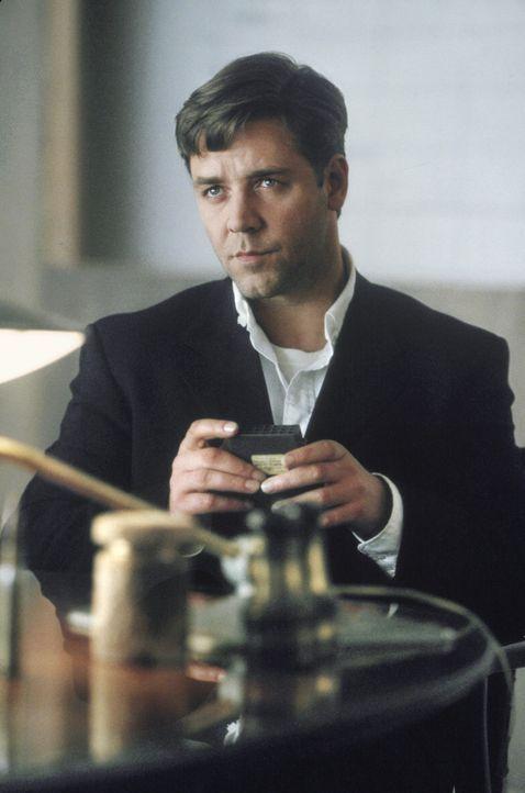 Eines Abend mit Kommilitonen in einer Hotelbar wird Nash (Russell Crowe) von einer Blondine inspiriert, die sich mit dunkelhaarigen Freundinnen umgi... - Bildquelle: Universal Pictures