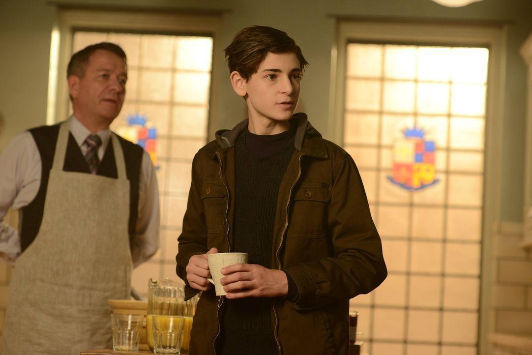 Als Bruce (David Mazouz, r.) von Alfred (Sean Pertwee, l.) erfährt, dass der Computer seines Vaters repariert wurde muss er sich entscheiden, ob er... - Bildquelle: Warner Brothers