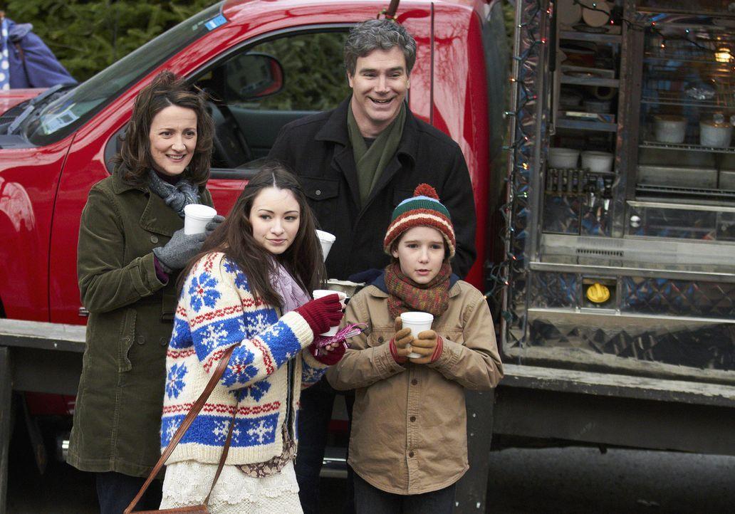 Während Curtis (Doug Murray, hinten r.) und Catherine Baxter (Ellie Harvie, hinten l.) eine Weihnachtsfeier genießen, haben Finn (Christian Martyn,... - Bildquelle: 2012 Twentieth Century Fox Film Corporation.  All rights reserved.
