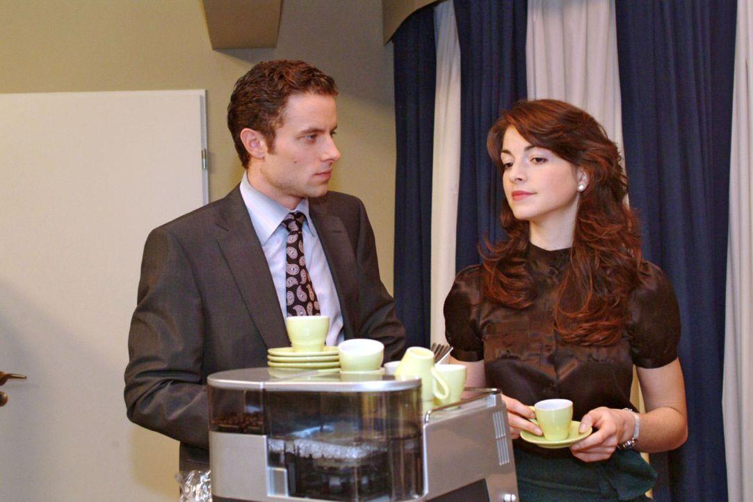 Leidensgenossen: Max (Alexander Sternberg, l.) äußert sich Mariella (Bianca Hein, r.) gegenüber klagend über Davids Unberechenbarkeit. - Bildquelle: Monika Schürle Sat.1