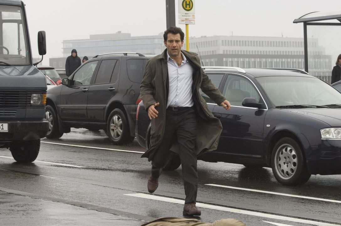 Als sein wichtigster Zeuge am Berliner Hauptbahnhof ermordet wird, wird Interpol-Agent Louis Salinger (Clive Owen) klar, dass er dem mächtigen Bank... - Bildquelle: 2009 Columbia Pictures Industries, Inc. and Beverly Blvd LLC. All Rights Reserved.