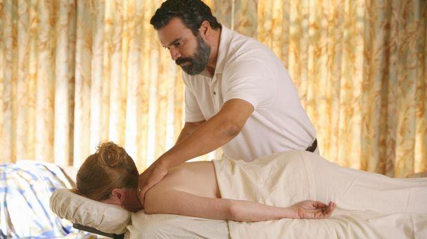 Eine Patientin, Virginia Hildebrand (Frances Conroy, l.), macht Carlos (Ricar...