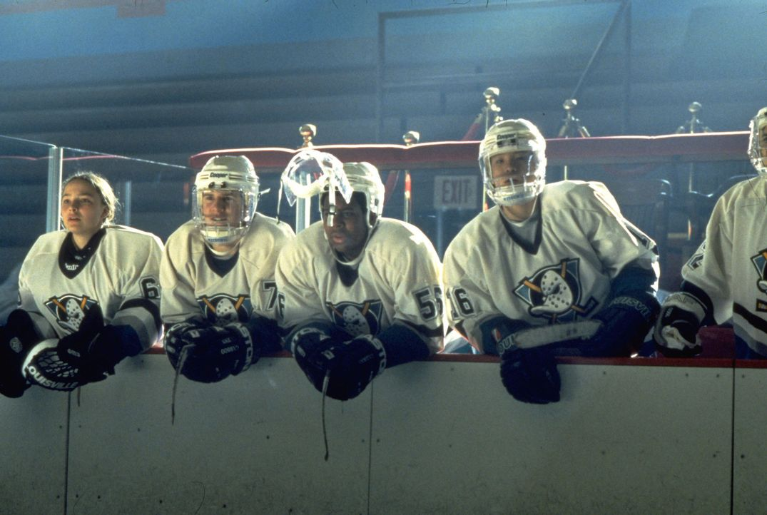 "Die ""Mighty Ducks"", (v.l.n.r.) Connie (Marguerite Moreau), Charlie (Joshua Jackson), Russ (Kenan Thompson) und Luis (Mike Vitar), haben das Siegen v... - Bildquelle: Disney.  All Rights Reserved."