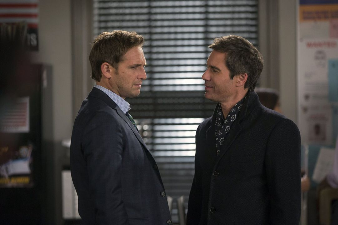 Eine schwierige Situation: Lauras Ex-Verlobter Andrew (Eric McCormack, r.) und Ex-Mann Jake (Josh Lucas, l.) treffen aufeinander ... - Bildquelle: Warner Bros. Entertainment, Inc.