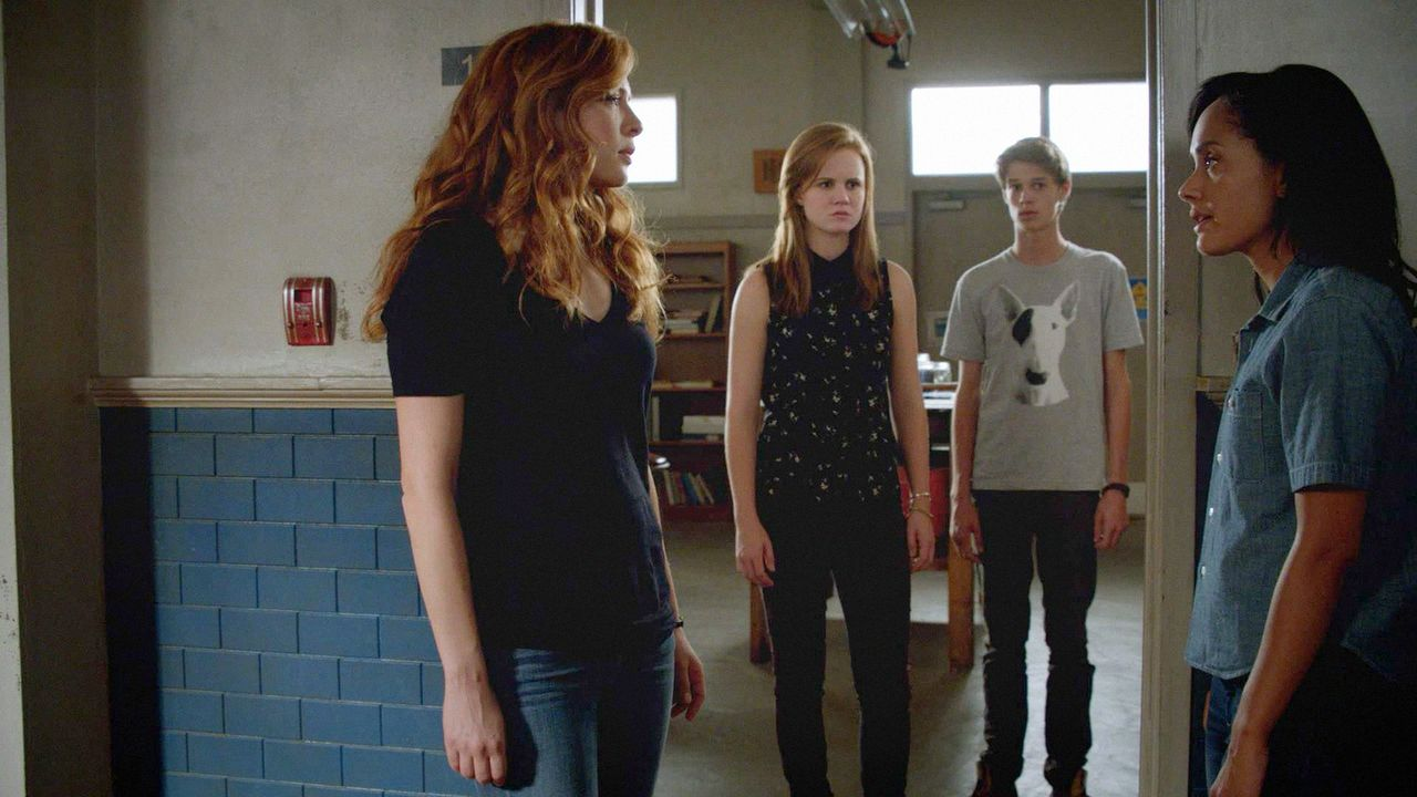 Julia (Rachelle LeFevre, l.) und Rebecca (Karla Crome, r.) sind eigentlich nie einer Meinung. Norrie (Mackenzie Lintz, 2.v.l.) und Joe (Colin Ford,... - Bildquelle: 2014 CBS Broadcasting Inc. All Rights Reserved.
