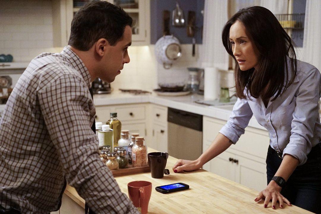 Da Beth (Maggie Q, r.) nicht mehr sicher ist, kümmern sich ihre Kollegen unter anderem Ben (Victor Rasuk, l.) um sie ... - Bildquelle: Warner Bros. Entertainment, Inc.