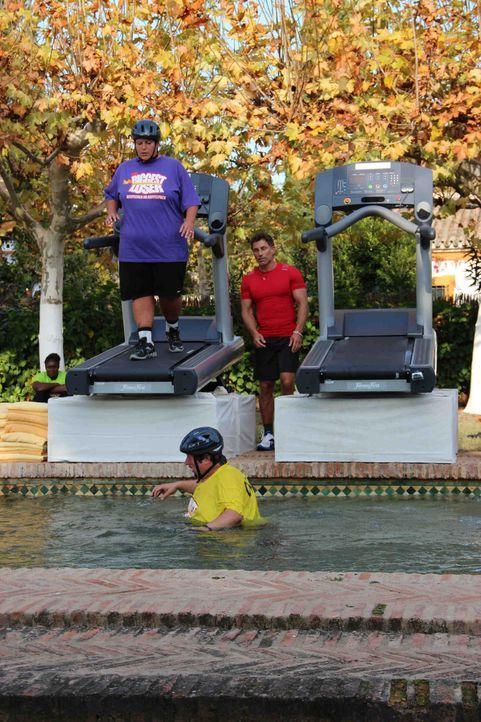 Die Verlierer des Laufband-Wettkampfes baden landen direktim Pool ... - Bildquelle: Enrique Cano SAT.1