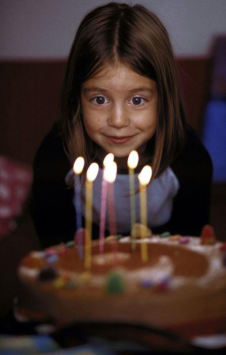 Beim Auspusten der Geburtstagstorte geschieht etwas Unfassbares: Susanne (Sina Richardt) gelingt es, ihren Vater in einen süßen, kleinen Hund zu v... - Bildquelle: Boris Guderjahn ProSieben