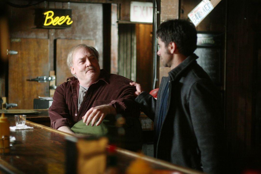 Tony (John Stamos, r.) hat damit zu kämpfen, seinen Vater (Stacy Keach, l.) nach langer Zeit wiederzusehen ... - Bildquelle: Warner Bros. Television