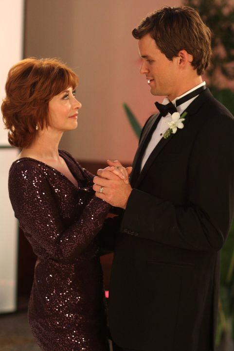 Julian (Austin Nichols, r.) schenkt seiner Mutter Sylvia (Sharon Lawrence, l.) einen Ehrentanz und dankt ihr für die wunderbare Organisation der Hoc... - Bildquelle: Warner Bros. Pictures