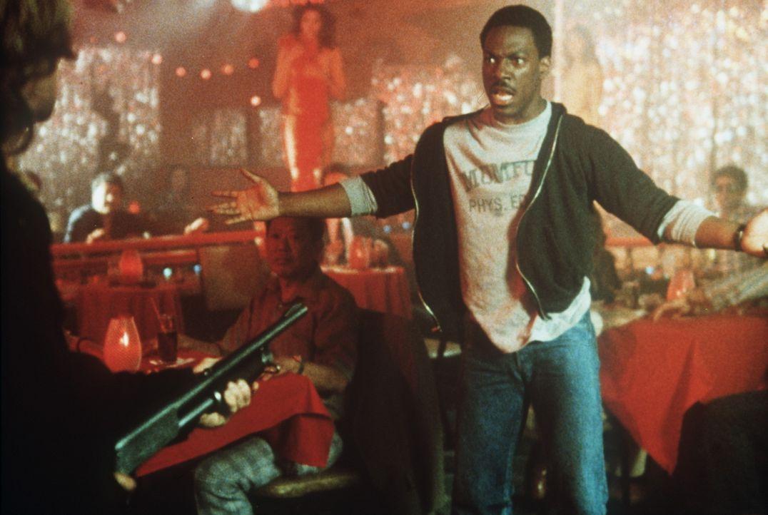 Der coole Beverly Hills Cop Axel Foley (Eddie Murphy, r.) hat seine eigenen Ermittlungsmethoden: In einer Strip-Bar stößt er auf eine ganz heiße... - Bildquelle: Paramount Pictures