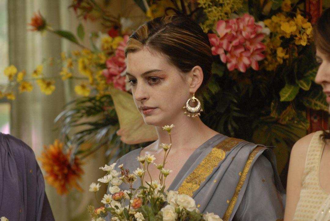 Bei der Trauung ihrer Schwester möchte Kym (Anne Hathaway) keinen Ärger verursachen und bleibt ungewohnt im Hintergrund ... - Bildquelle: 2008 Sony Pictures Classics Inc. All Rights Reserved.