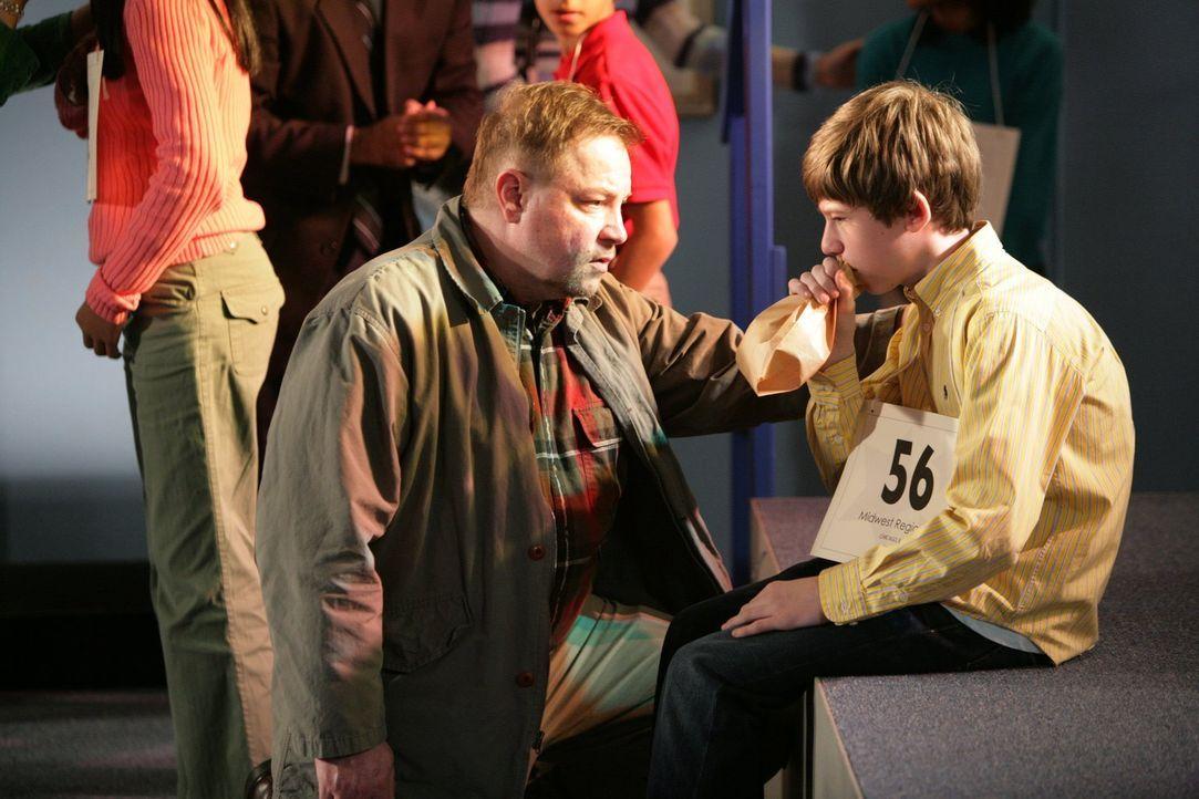 Während Brick ein alter Profi im Buchstabieren ist, nehmen die anderen Teilnehmer den Wettbewerb nicht so locker. Ein kleiner Junge (Harrison Boxley... - Bildquelle: Warner Brothers
