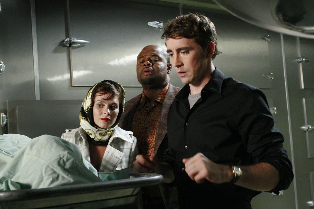 Sobald Ned (Lee Pace, r.) den Toten berührt, hat er noch eine Minute zu leben. Chuck (Anna Friel, l.) und Emerson Cod (Chi McBride, M.) begleiten ih... - Bildquelle: Warner Brothers