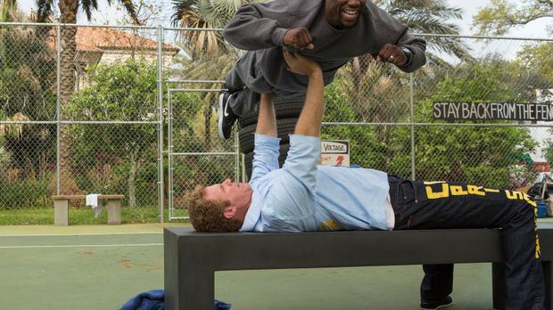 Während Darnell (Kevin Hart, oben) James (Will Ferrell, unten) heftig rannimm...