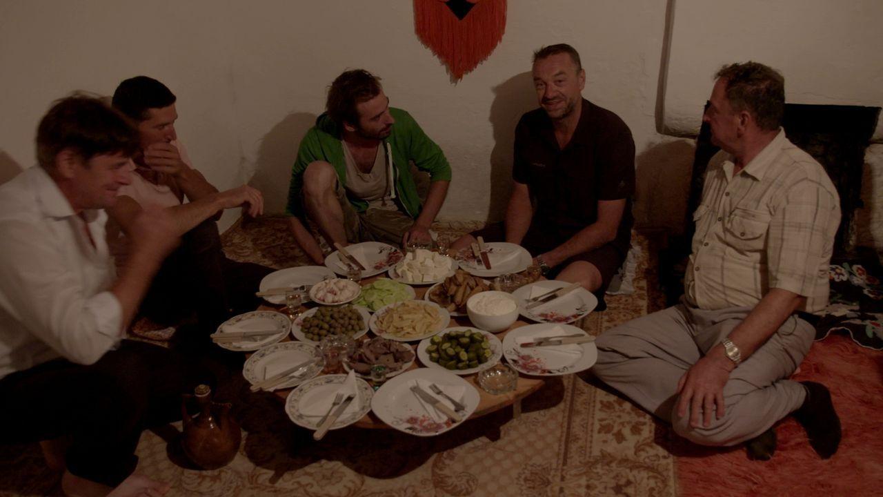 Tom Waes 2.v.r.) begibt sich auf einen Roadtrip albanischer Art. Das Land erweist sich als wahnsinnig schön mit überaus freundlichen Menschen und ei... - Bildquelle: 2013 deMENSEN