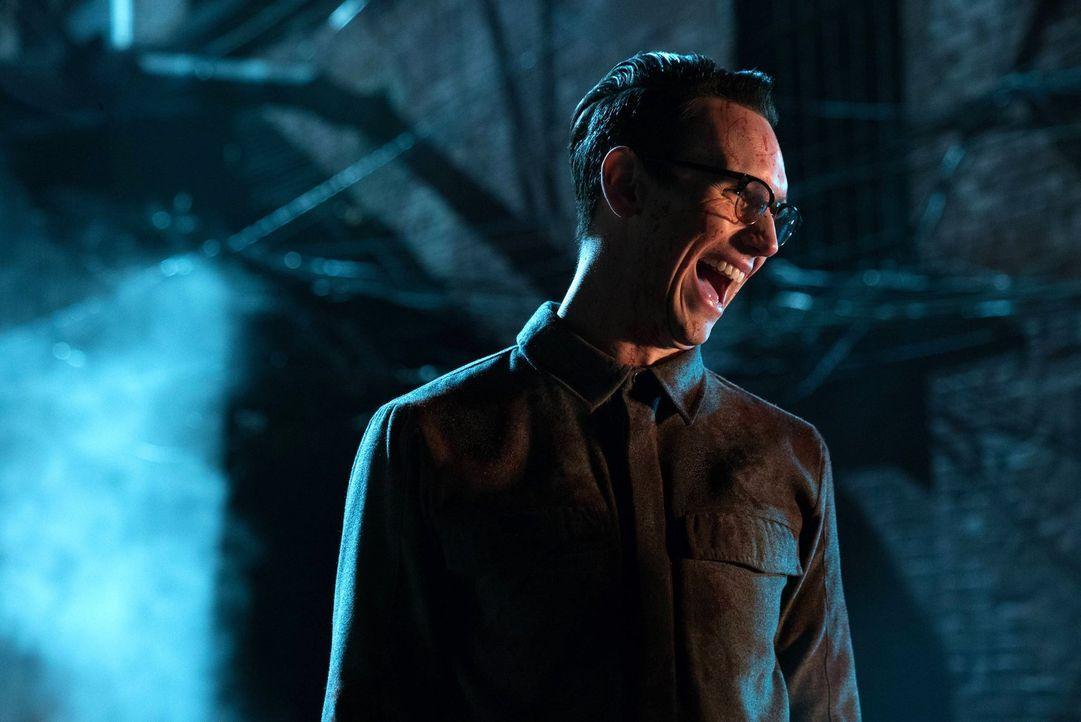 Als Nygma (Cory Michael Smith) in eine knifflige Situation gerät, kann er es nur gemeinsam mit Pinguin schaffen, dieser zu entkommen ... - Bildquelle: Warner Brothers
