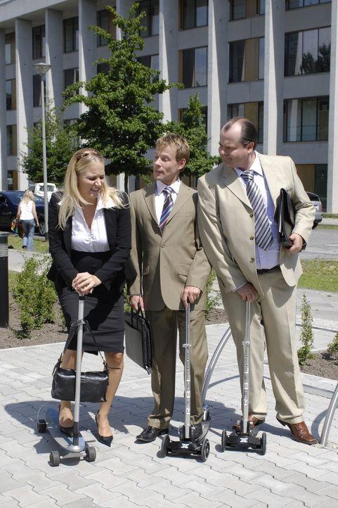 Unter den spöttischen Bemerkungen ihrer Kollegen Mathias (Mathias Schlung, M.) und Markus (Markus Majowski, r.) versucht Janine (Janine Kunze, l.)... - Bildquelle: Sat.1