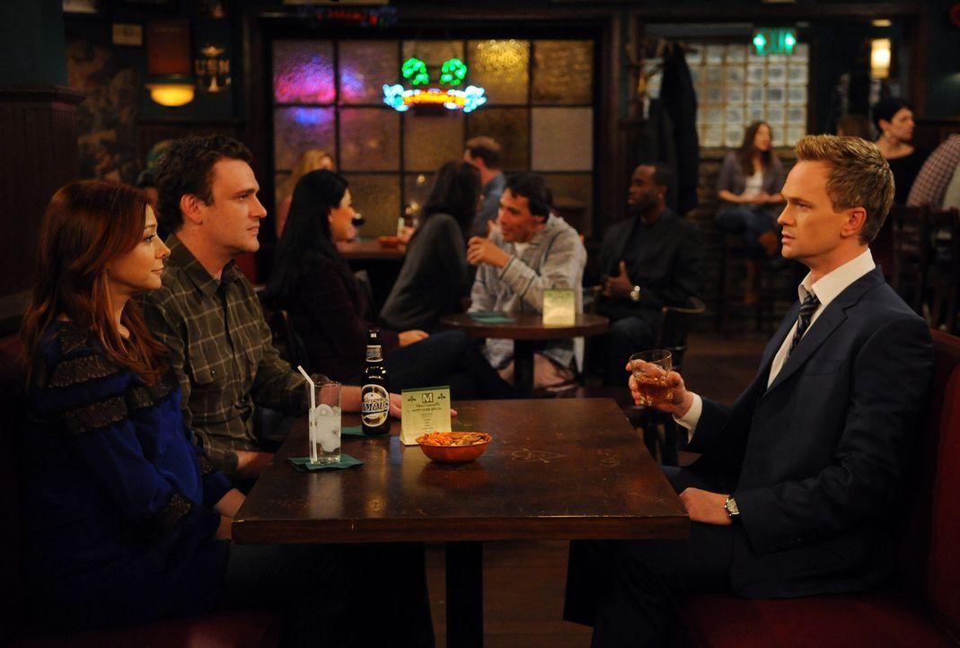 Barney (Neil Patrick Harris, r.) macht es sich zur Aufgabe, etwas Privates von Marshall (Jason Segel, M.) und Lily (Alyson Hannigan, l.) herauszufin... - Bildquelle: 20th Century Fox International Television