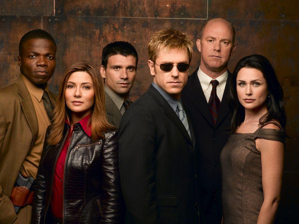 (1. Staffel) - Immer wieder muss sich der erblindete Detective Jim Dunbar (Ron Eldard, 3.v.r.) dem Misstrauen seiner Kollegen (Reno Wilson, l., Mari... - Bildquelle: TM &   2006 CBS Studios Inc. All Rights Reserved.