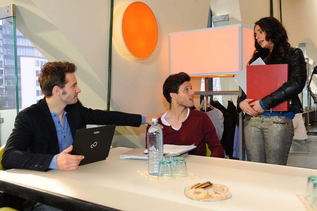 Paloma (Maja Maneiro, r.) findet es nicht fair, dass Enrique (Jacob Weigert, l.) mit Chris (Frank Ziegler, M.) einen Assistenten bekommen hat - und... - Bildquelle: SAT.1