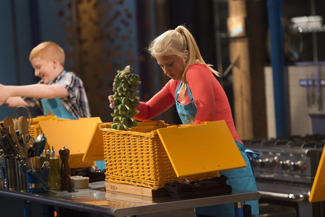 Hannah (r.) und Daniel (l.) sind gespannt, was die heimlichen Zutaten sind, die sie in ihren Gerichten verarbeiten müssen, um bei der Feinschmecker-... - Bildquelle: Scott Gries 2015, Television Food Network, G.P. All Rights Reserved