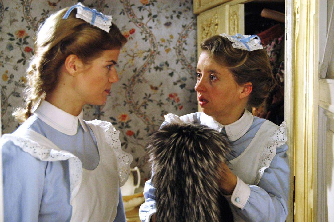 Die Herrschaften sind aufs Land gefahren. Guste (Anna Böttcher, r.) und Anna (Annekathrin Bach, l.) bewundern die Kostüme von Charlotte Gravenhorst. - Bildquelle: Aki Pfeiffer Sat.1