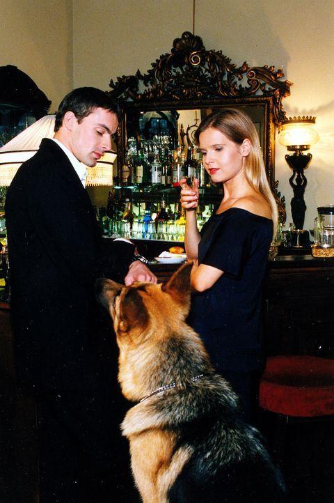 Kommissar Brandtner (Gedeon Burkhard, l.) befragt die Hotelierstochter Sandra Haller (Bojana Golenac, r.) nach dem Streit am Vorabend, bei dem Thoma... - Bildquelle: Ali Schafler Sat.1