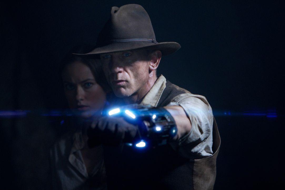 Beinahe zu spät erinnert sich Jake (Daniel Craig) an die seltsame, futuristische Fessel an einem seiner Handgelenke, mit der man den Aliens den Gara... - Bildquelle: (2011) DREAMWORKS II DISTRIBUTION CO., LLC and UNIVERSAL STUDIOS.