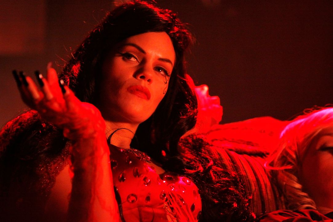In der Vampir-Szene fühlt sich die attraktive Vixen (Samantha Shelton) wohl. Hat sie etwas mit dem Mord an dem jungen Mann zu tun, der mit einem Hol... - Bildquelle: ABC Studios