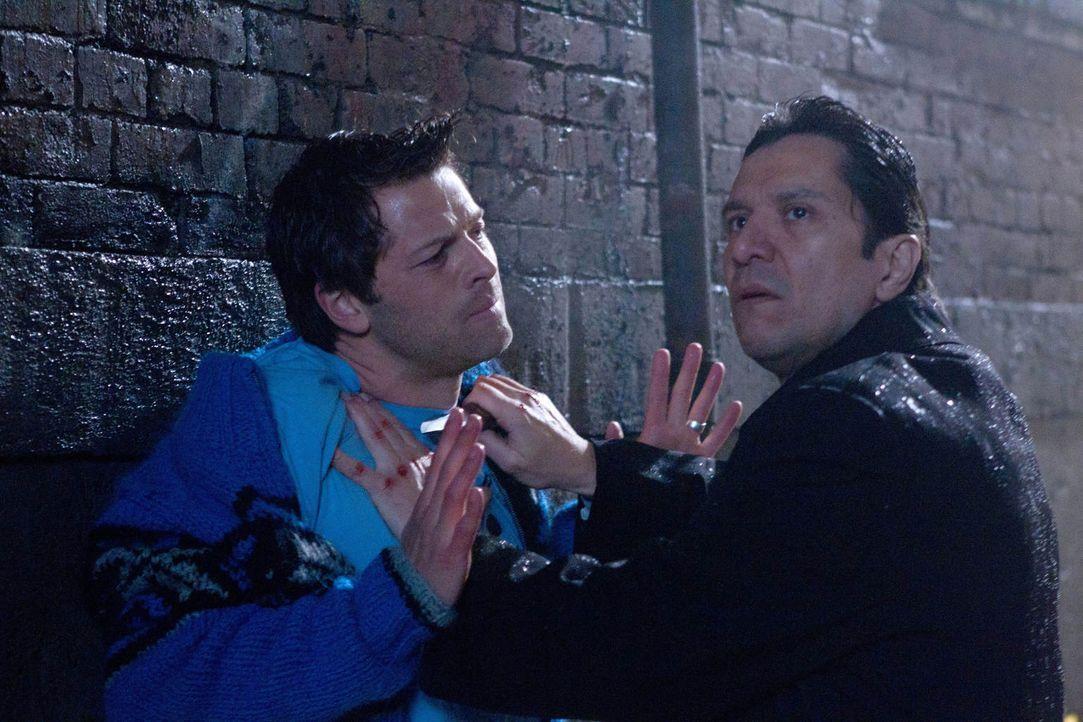 Wenn keiner mehr ist, wer er zu sein scheint, ist es schwer zu entscheiden, was zu tun ist: Misha Collins (Misha Collins, l.) und Virgil (Carlos San... - Bildquelle: Warner Bros. Television