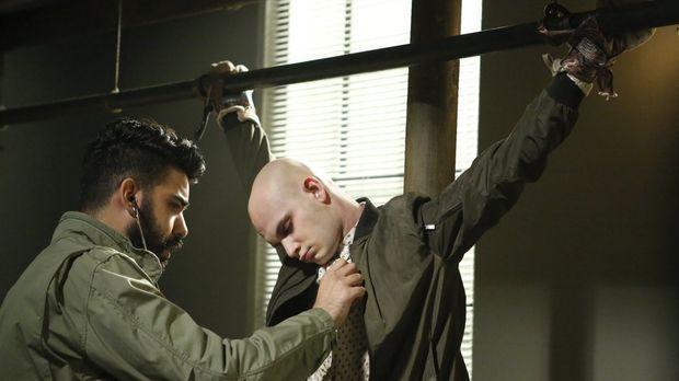 Ravi (Rahul Kohli, l.) gerät in Bedrängnis, als die Zombiejäger mit Don (Bryc...
