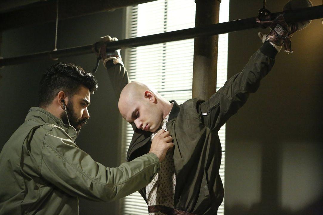 Ravi (Rahul Kohli, l.) gerät in Bedrängnis, als die Zombiejäger mit Don (Bryce Hodgson, r.) einen Livestream starten wollen, um ein für alle Mal die... - Bildquelle: 2017 Warner Brothers