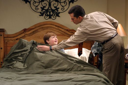 Two and a Half Men - Alan (Jon Cryer, r.) erklärt seinem Sohn Jake (Angus T....