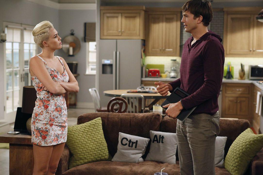 Walden (Ashton Kutcher, r.) verspricht einem Freund, dessen Tochter Missi (Miley Cyrus, l.) während ihres Aufenthalts in der Stadt bei sich aufzuneh... - Bildquelle: Warner Brothers Entertainment Inc.