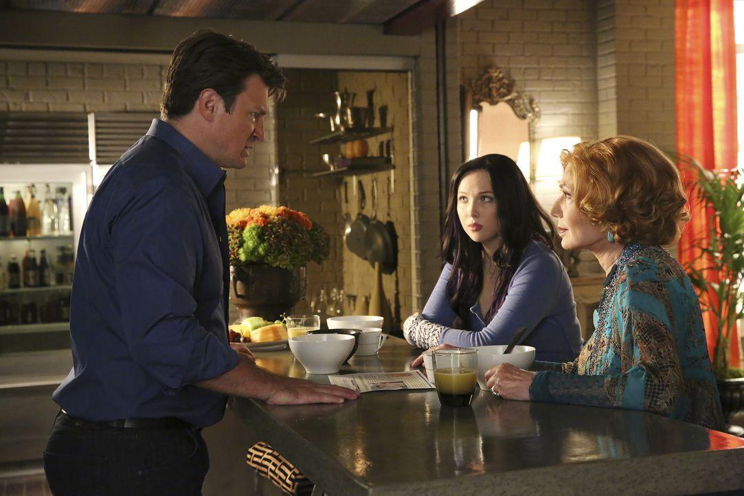 Castle (Nathan Fillion, l.) steckt in einer Parallelwelt fest und muss seiner Tochter Alexis (Molly C. Quinn, M.) und sein Mutter Martha (Susan Sull... - Bildquelle: ABC Studios