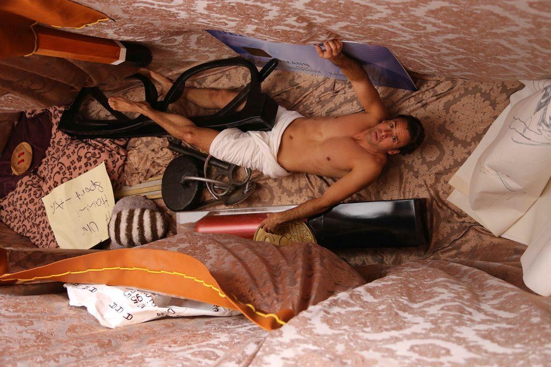 Nach dem ersten Schock über ihren geschrumpften Chef (Stephan Luca) packt Ina ihn kurzerhand, stopft ihn in ihre Handtasche - und soll nun unter se... - Bildquelle: Laura Schleicher SAT.1