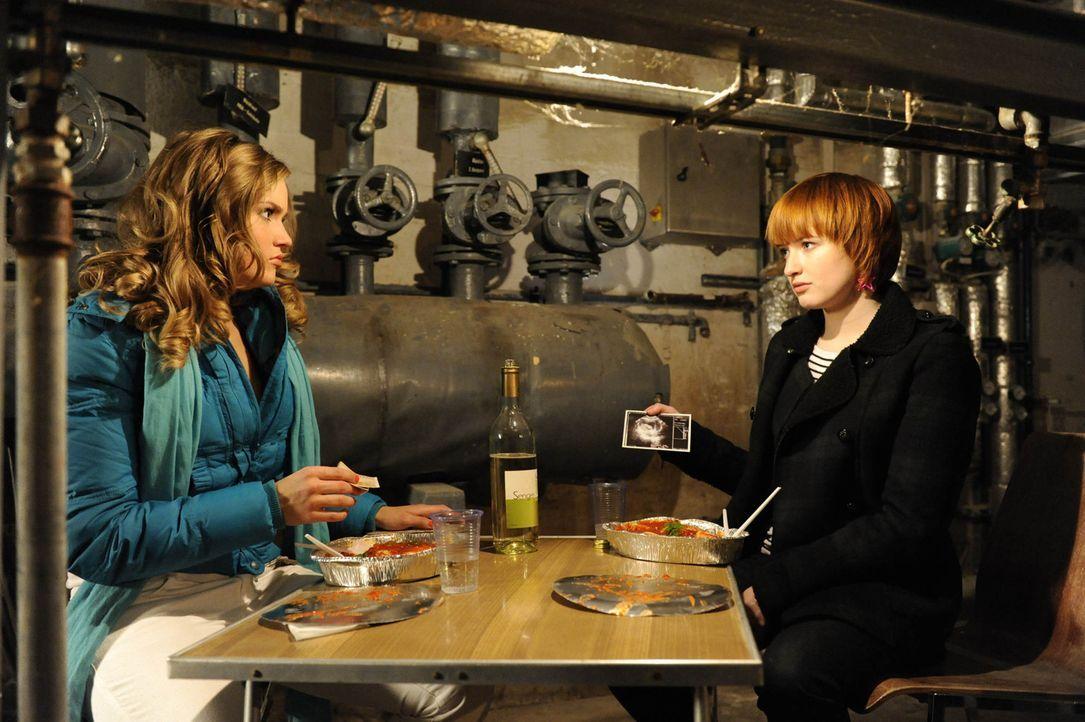 Sophie (Franciska Friede, r.) gesteht Caro (Sonja Bertram, l.), dass sie am liebsten nach Australien verschwinden würde, dafür aber Geld braucht.... - Bildquelle: SAT.1