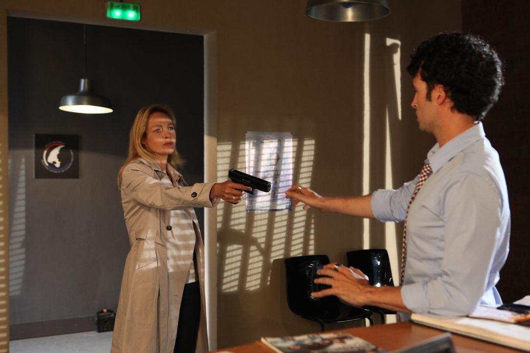 Hippolyte (Raphaël Ferret, r.) gerät plötzlich in Gefahr, als Isabelle Garambois (Alexandra Vandernoot, l.) im Revier auftaucht ... - Bildquelle: Xavier Cantat 2011 BEAUBOURG AUDIOVISUEL