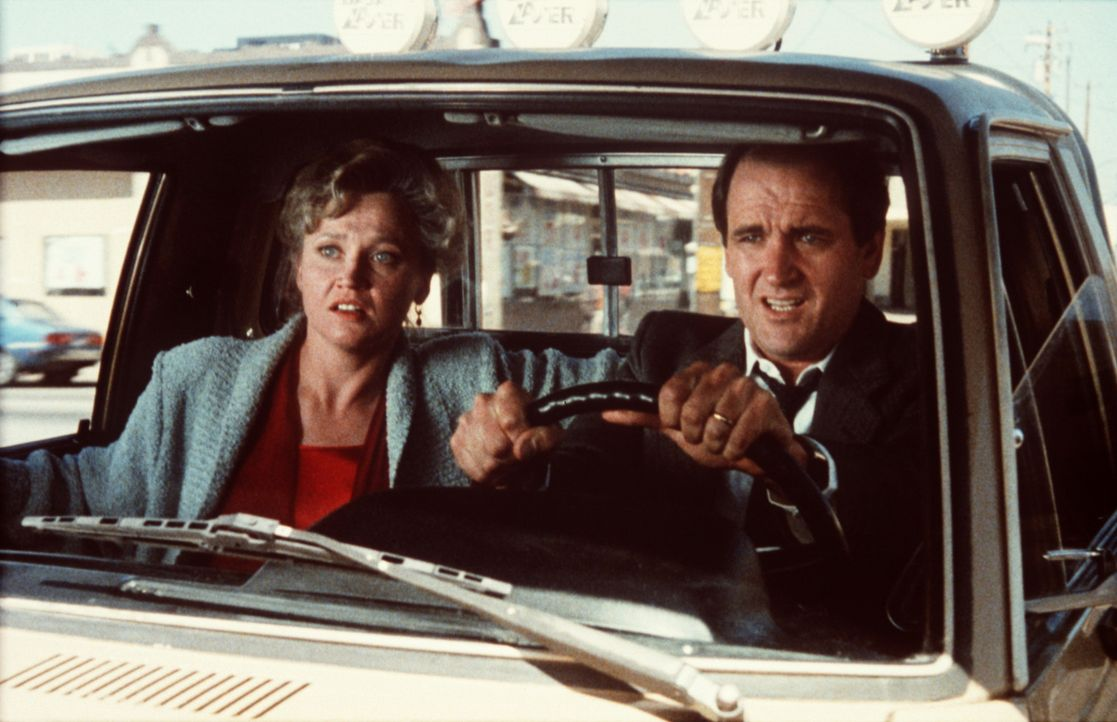 Richard (Richard Jenkins, r.) und Elizabeth Grant (Caroline Kava, l.) sind sowjetische Agenten, die über Jahre hinweg ein ganz normales Leben als b... - Bildquelle: Columbia Pictures