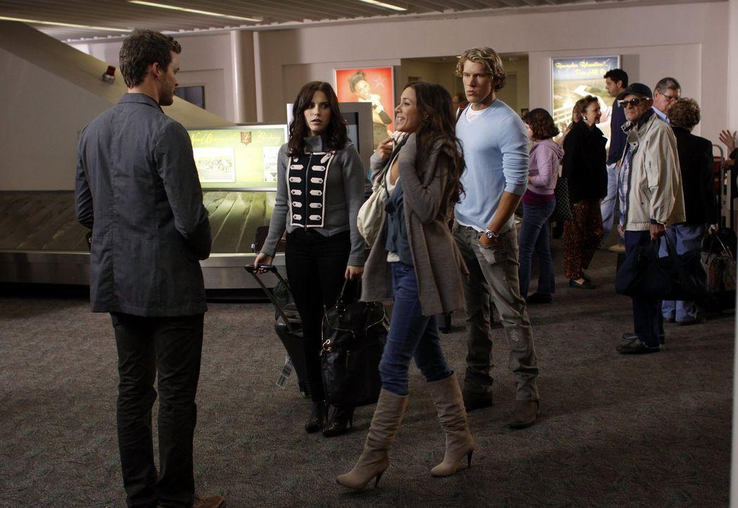Unangenehmes Zusammentreffen: Julian (Austin Nichols, l.), Brooke (Sophia Bush, 2.v.l.), Alex (Jana Kramer, 2.v.r.) und Alexander (Mitch Ryan, r.) ... - Bildquelle: Warner Bros. Pictures