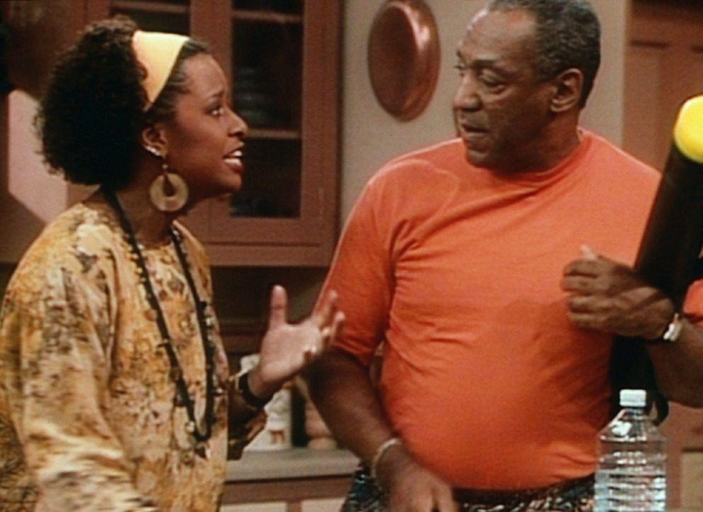 Vanessa (Tempsett Bledsoe, l.) gesteht Cliff (Bill Cosby, r.), dass sie bereits seit einiger Zeit verlobt ist. - Bildquelle: Viacom
