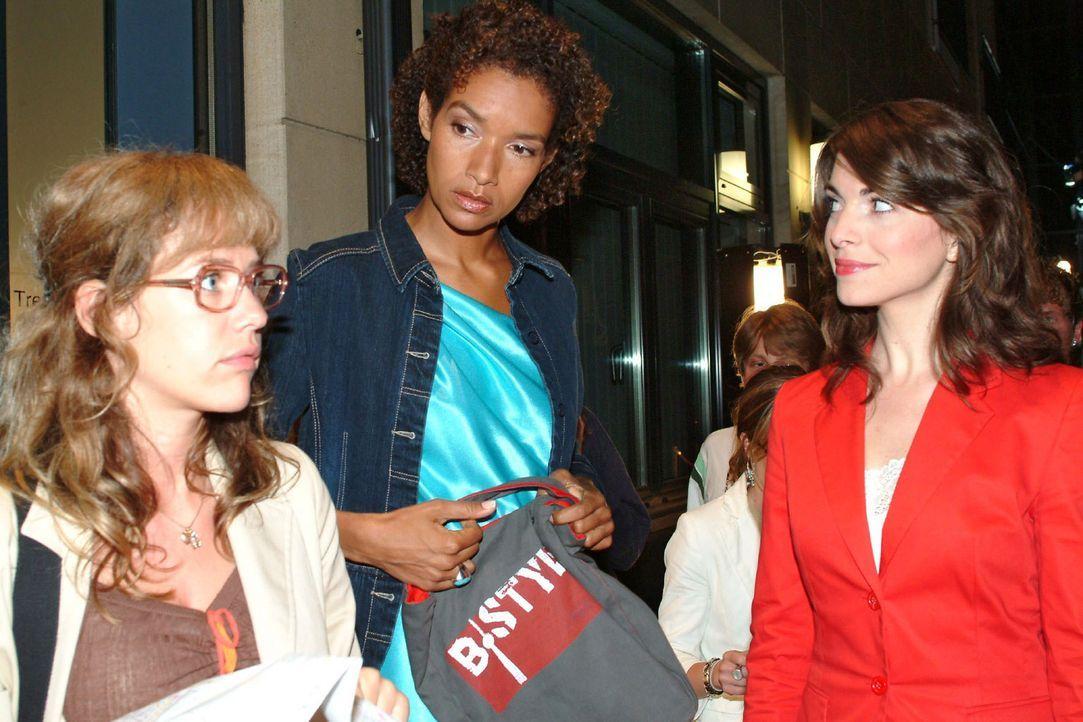 Durch einen glücklichen Zufall erreicht Lisa (Alexandra Neldel, l.) ihr - und Mariellas (Bianca Hein, r.) - Ziel: Xenia (Carol Campell, M.) hält i... - Bildquelle: Monika Schürle Sat.1