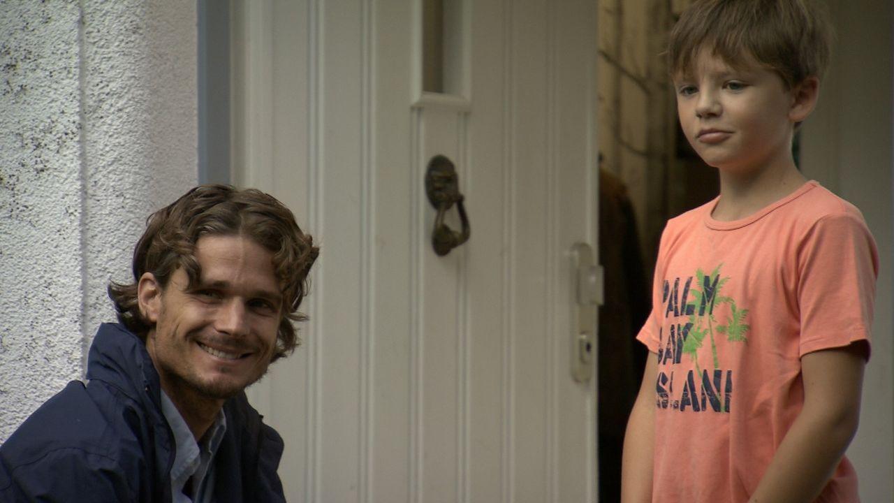 Ist der kleine Max (r.) wirklich nicht sein leiblicher Sohn? Christian Lennart (l.) ist davon überzeugt ... - Bildquelle: SAT.1