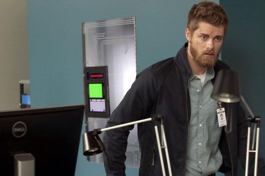 Greift schnell und gerne zur Waffe: Sandstorm-Agent Roman (Luke Mitchell) ... - Bildquelle: Warner Brothers